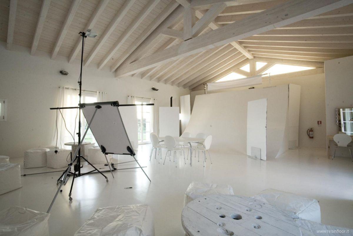 Pavimento In Resina Bianco.Pavimenti In Resina Commerciali Resin Floor Srl